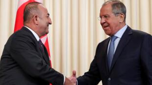 وزير الخارجية الروسي سيرغي لافروف مع نظيره التركي مولود اوغلو