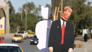 صورة لمشنقة رمزية للرئيس الأمريكي دونالد ترامب في ضاحية مدينة الصدر بشرق بغداد يوم 10 فبراير / شباط 2020
