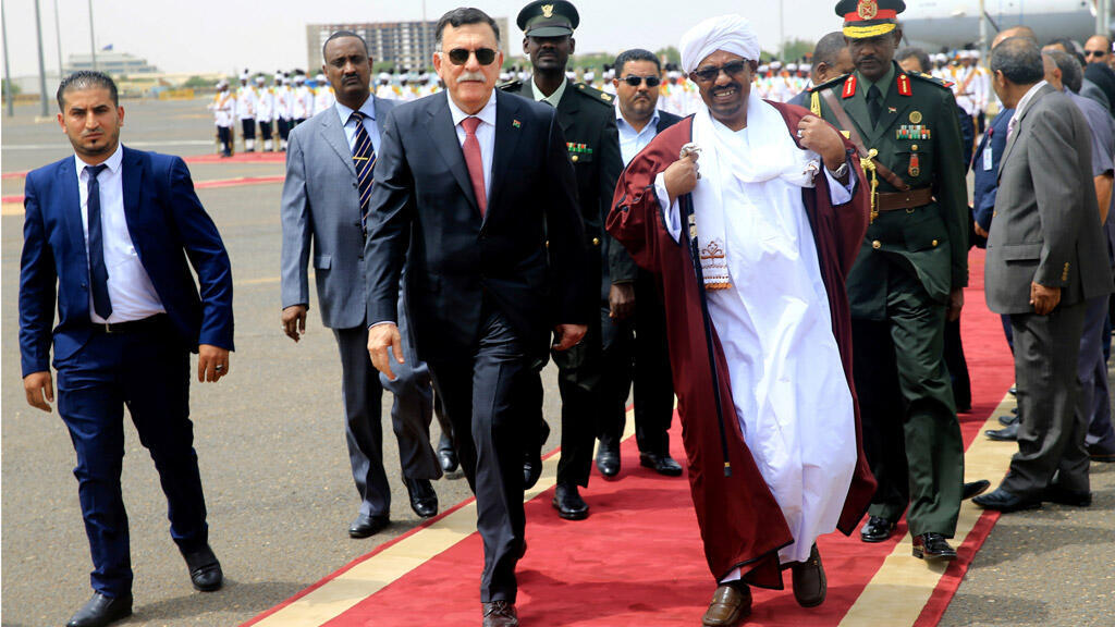 الرئيس السوداني عمر البشير يستقبل رئيس حكومة الوفاق الوطني الليبية فايز السراج في مطار الخرطوم ، السودان