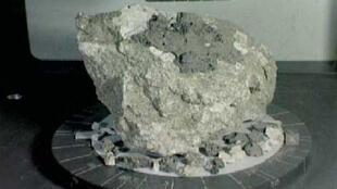 عينة من صخور أنورثوسيت عمرها مليار سنة جمعها رواد فضاء أبولو 16 من المرتفعات القمرية للقمر.