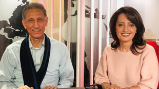 إيمان الحمود مع الروائي الكويتي طالب الرفاعي في استديو مونت كارلو الدولية بباريس