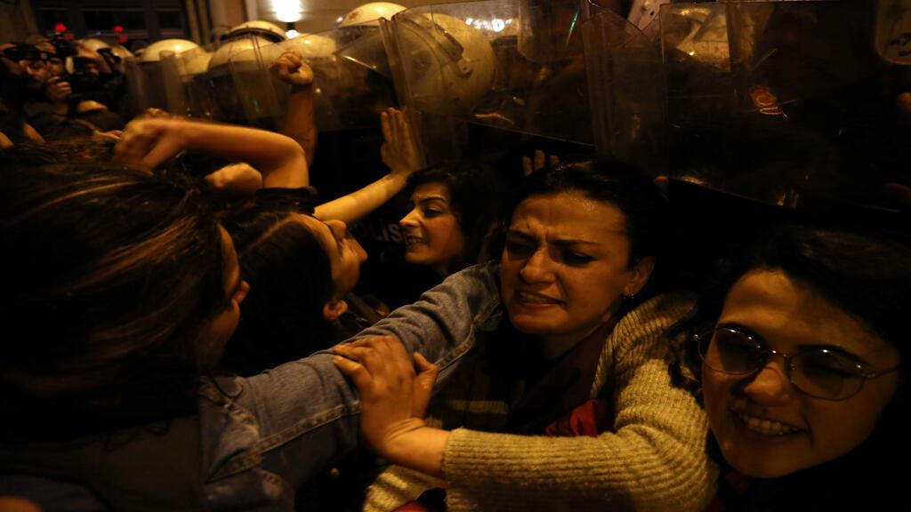 الشرطة التركية تدفع بالنساء في مسيرة بمناسبة اليوم العالمي للمرأة