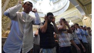مسلمون من قرغيزستان يؤدون صلاة عيد الأضحى في المسجد (01 سبتمبر 2017)