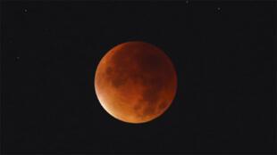 قمر الدم أو القمر الاحمر