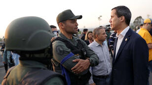 زعيم المعارضة الفنزويلية خوان غواديو يتحدث مع عسكري بالقرب من قاعدة جوية في كراكاس