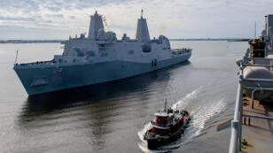 تُظهر صورته التي نشرتها البحرية الأمريكية في 19 ديسمبر 2018 سفينة شحن برمائية من طراز سان أنطونيو يو إس إس أرلينغتون (LPD 24) وهي تنطلق من  ولاية كارولينا الشمالية - أعلن البنتاغون في 10 مايو 2019