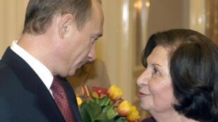 الرئيس الروسي فلاديمير بوتين يهنئ جوهر فارتانيان باليوم العالمي للمرأة في الكرملين بموسكو يوم 8 مارس 2005