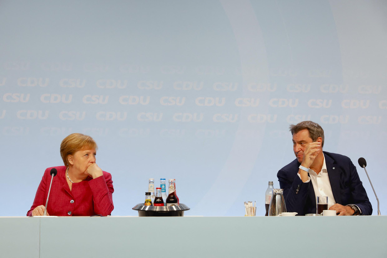المستشارة الألمانية أنجيلا ميركل من حزب الاتحاد الديمقراطي المسيحي، ورئيس وزراء ولاية بافاريا، ماركوس سودير، زعيم الاتحاد الاجتماعي المسيحي، يحضران مؤتمر الأحزاب الشقيقة في برلين، ألمانيا، يوم الإثنين 21 يونيو 2021