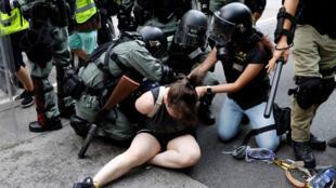 الشرطة تعتقل إحد المتظاهرات في هونغ كونغ