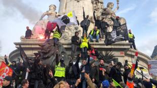 أعضاء النقابة العمالية الفرنسية والعمال المضربون يشاركون في مظاهرة في باريس-