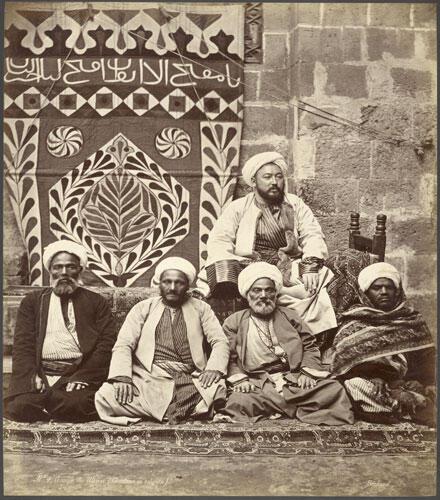 صورة لمجموعة من العلماء المسلمين في مصر لإيميل بيشار مجهولة التاريخ (متحف غيتي)