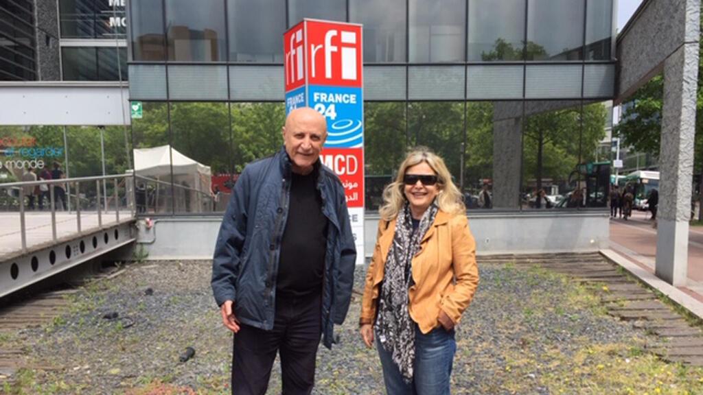 الممثل المسرحي رفعت طربيه رفقة الإعلامية كابي لطيف (أمام مبنى مونت كارلو الدولية، باريس)