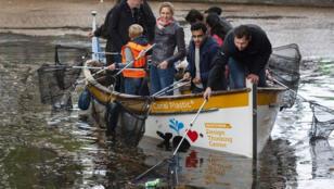 ناشطون يصطادون البلاستيك في مياه أمستردام