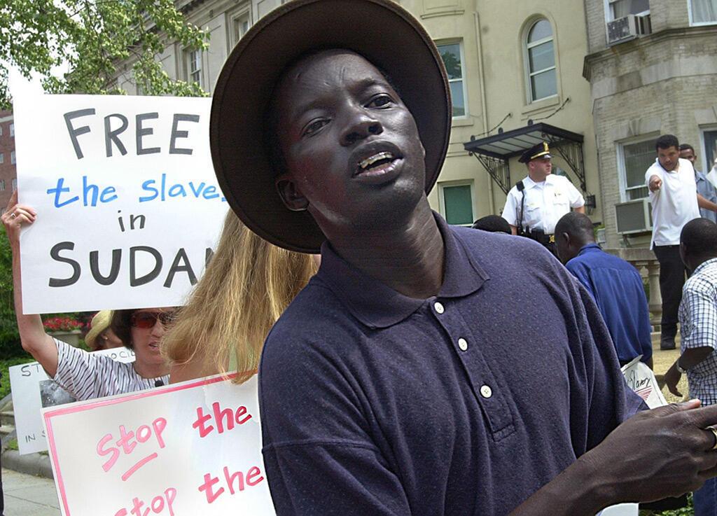 من تظاهرة مناهضة للعبودية أمام السودان في واشنطن عام 2001
