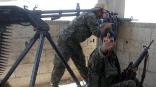 عناصر من قوات سوريا الديمقراطية في مدينة الرقة، سوريا