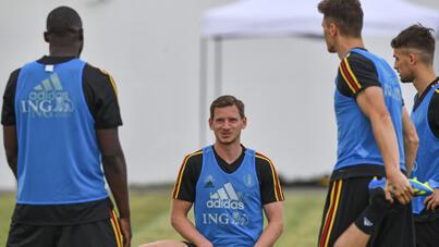 المدافع البلجيكي يان فرتونغهين (وسط) يتحدث مع زملائه في الفريق خلال دورة تدريبية في ساحة بارك في سوتشي في 16 يونيو 2018 في بطولة كأس العالم لكرة القدم بروسيا عام 2018