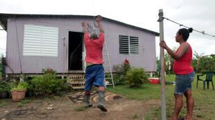 أحد سكان الجزر يستعد للإعصار ايرما
