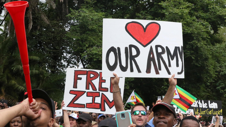 متظاهرون من زمبابوي يطالبون بتدخل الجيش لإزاحة الرئيس روبرت موغابي
