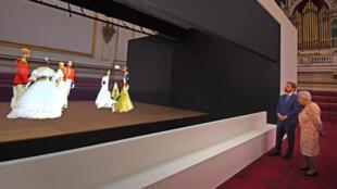 الملكة إليزابيث ملكة بريطانيا تشاهد عرضا للواقع الافتراضي ضمن معرض يتمحور حول جدتها الكبرى الملكة فيكتوريا بقصر بكنجهام-