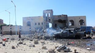 يمنيون يتفقدون الأضرار في مدينة صعدة شمال غرب البلاد