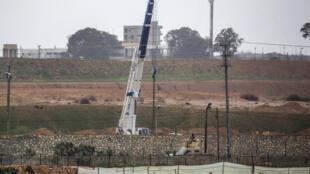 رافعة تحمل الإسمنت لبناء حائط على الحدود بين مصر وغزة