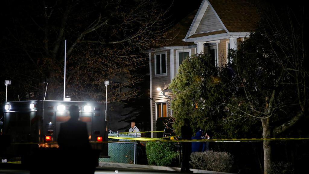 ضابط شرطة يرتدي ملابس بيضاء يخرج من المنزل حيث طعن 5 أشخاص في منزل حاخام حسيديك في نيويورك يوم 29 ديسمبر 2019.
