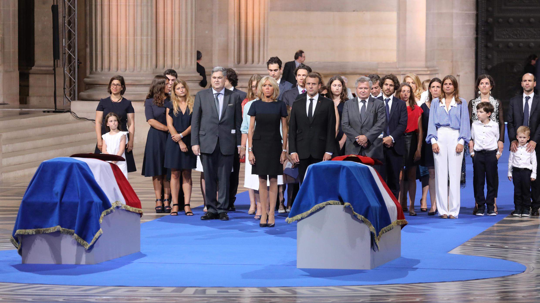 عائلتا سيمون فايل وزوجها رفقة الرئيس الفرنسي وزوجته في مراسم نقل الجثمانين الى مقبرة العظماء