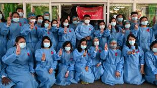 داعمون لرئيسة الحكومة المدنية بحكم الأمر الواقع أونغ سان سو تشي في يانغون