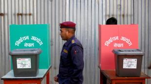 نيبالي يدلي بصوته