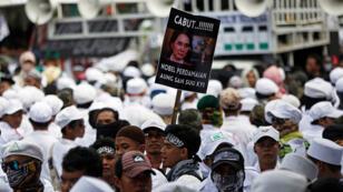 مظاهرة احتجاجيةتطالب بسحب الجائزة من اونغ سان سو تشي