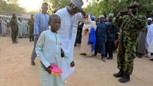 والد يستقبل ابنه بعد إطلاق سراحه في نيجيريا