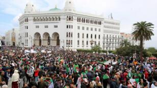 جزائريون يحتجون على حكم الرئيس عبدالعزيز بوتفليقة في الجزائر العاصمة يوم 29 مارس آذار 2019