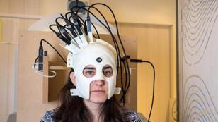 جهاز مسح المخ الشبيه بالخوذة
