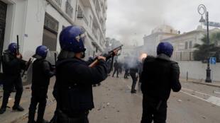 الشرطة الجزائرية خلال تظاهرات يوم الجمعة 8-3-2019