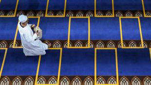 """غالبية الفرنسيين المسلمين المشاركين في الاستطلاع يعتبرون أن """"الإسلام هو الدين الحقيقي الوحيد"""" (المعهد الفرنسي للرأي العام)"""