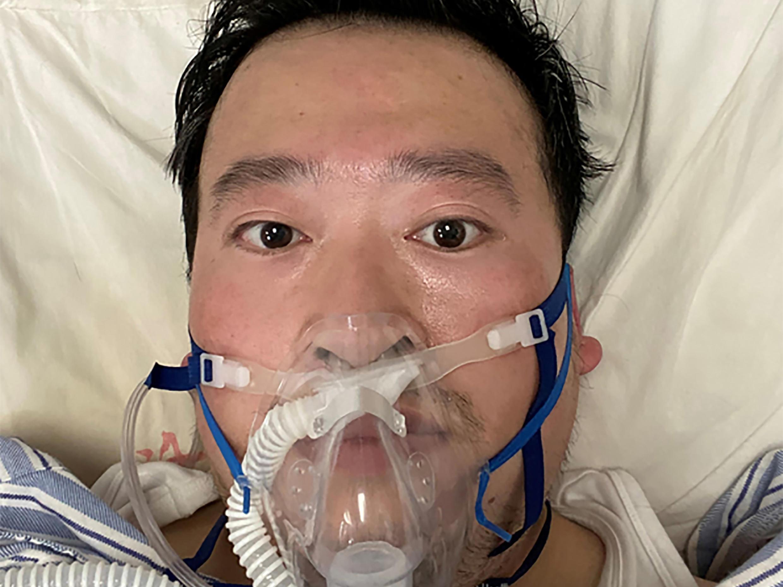 مريض مصاب بفيروس كورونا تحت العلاج في مستشفى بالصين