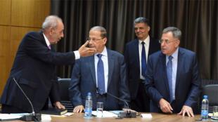 رئيس مجلس النواب اللبناني نبيه بري يتحدث الى الجنرال ميشال عون و رئيس الوزراء السابق فؤاد السنيورة