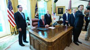 دونالد ترامب بعد جلسة في البيت الأبيض قرر فيها فرض عقوبات على المرشد الأعلى في إيران