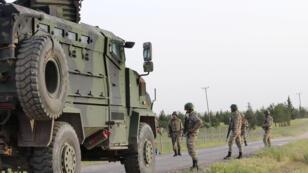الجنود الأتراك يقومون  بدوريات في بلدة أكاكالي الحدودية على الحدود التركية السورية