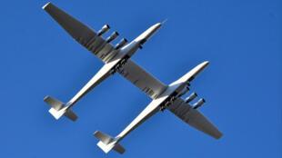 أكبر طائرة في العالم تحلق فوق موهافي بكاليفورنيا يوم السبت
