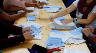 جانب من عملية فرز الأصوات في الانتخابات السويسرية في زوريخ