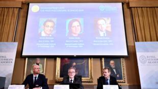 شاشة بها صور الفائزين بجائزة نوبل للاقتصاد-
