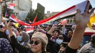 نساء عراقيات يخرجن إلى الشوارع في مظاهرة مناهضة للحكومة في ميدان التحرير بالعاصمة بغداد في 13 فبراير/ شباط 2020.