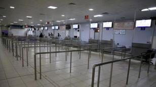 المساحة الداخلية لمحطة مطار ميتيجا فارغة ، بعد غارة جوية في طرابلس