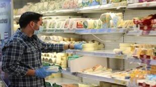 التسوق في السوبرماركت في منطقة الزلقا، بيروت، لبنان، في ظل الحجر الصحي بسبب انتشار فيروس كورونا