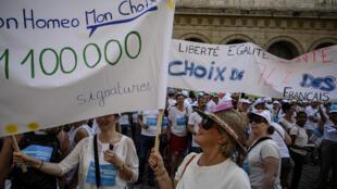 مؤيدون فرنسيون للمثلية في مظاهرة بمدينة ليون