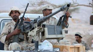جنود موالون للحكومة اليمنية على خط المواجهة ضد الحوثيين في محافظة مأرب 30 سبتمبر 2015.