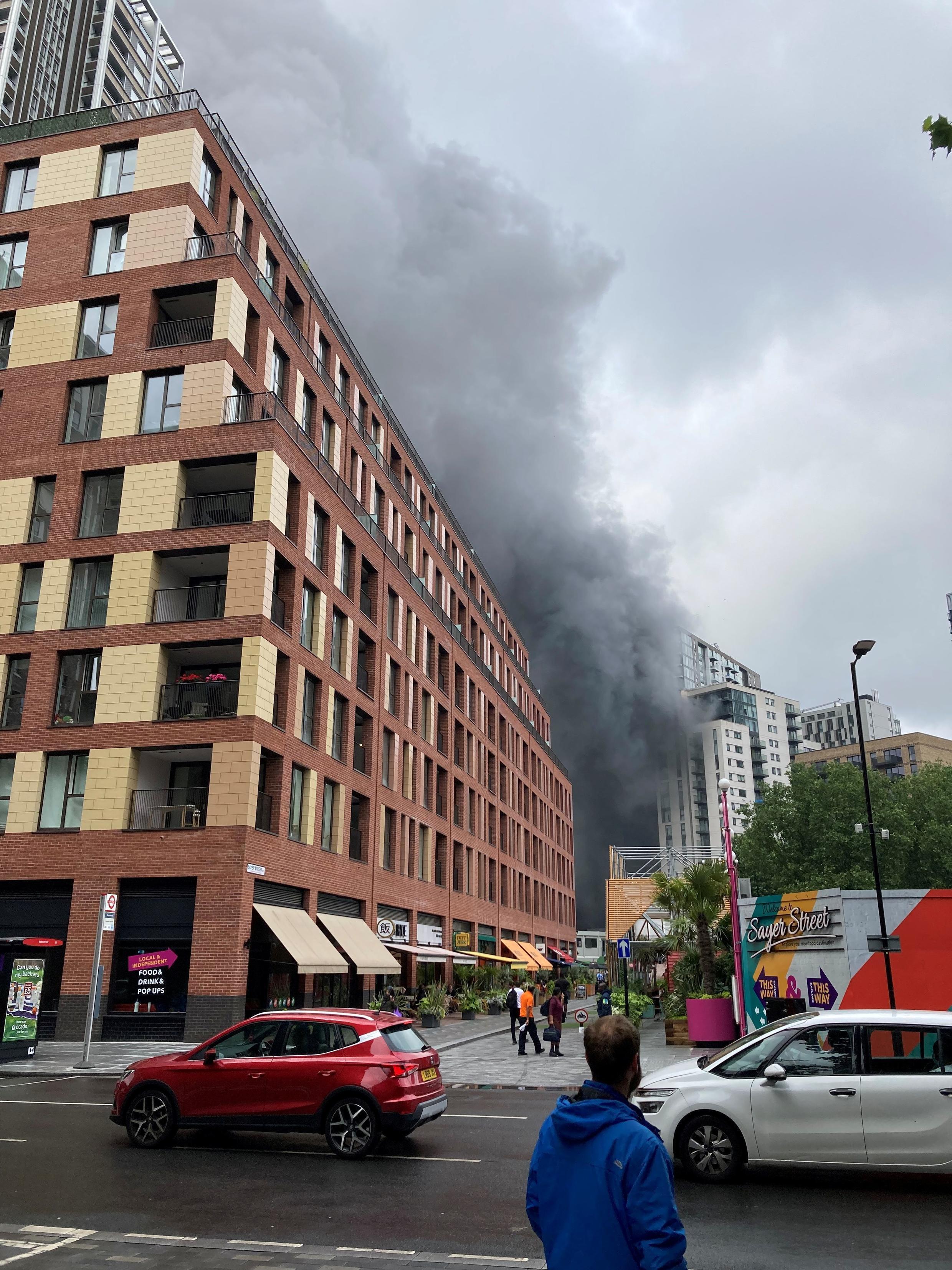 اندلاع حريق قرب محطة قطارات جنوب لندن ( 28 يونيو 2021)