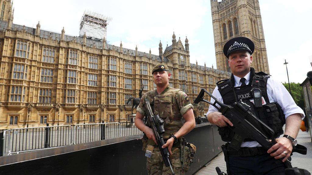 شرطي وعسكري أمام البرلمان البريطاني في لندن