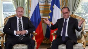 الرئيسان الفرنسي فرانسوا هولاند و الروسي فلاديمير بوتين في قصر الاليزيه بباريس